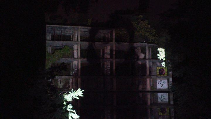 Le operaie della Viscosa di Roma—omaggio a un Monumento Naturale (per una scena di Porta Maggiore): Proiezione notturna estranea n. 6; Sulla struttura di cemento (mostro) nel Lago Bullicante Ex Snia